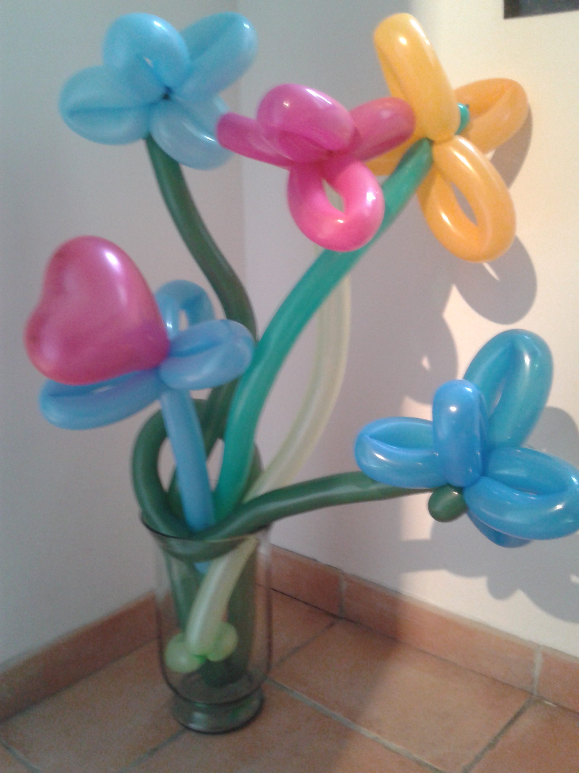 Dyno le clown sculpture de ballons bouquet de fleurs