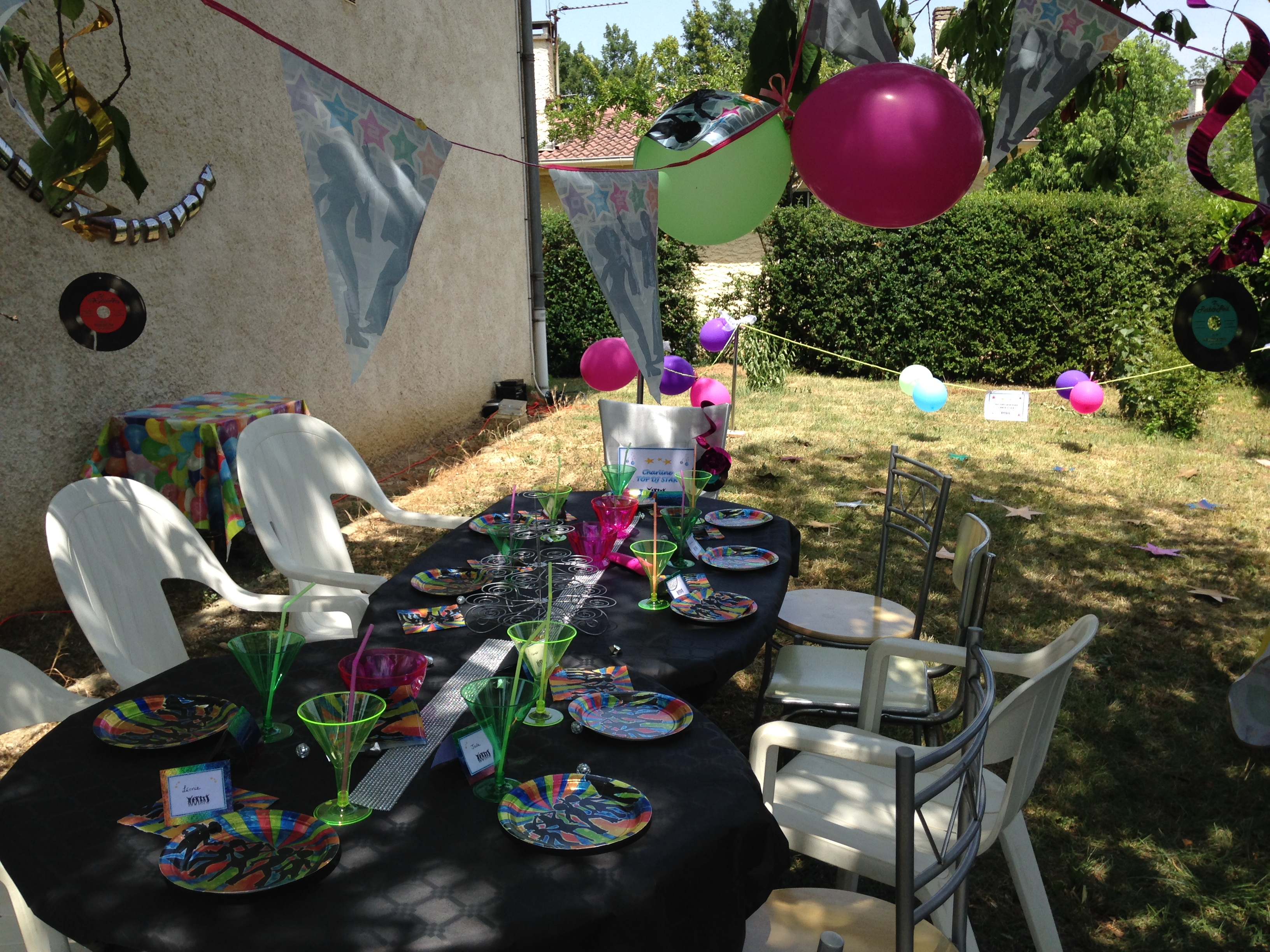 Decoration de table anniversaire DJ Fluo party